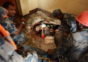 Nepal-kathmandu-earthquake-rescue_survivor-270415-AFP-653x460