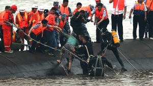 (150602) -- JIANLI, June 2, 2015 (Xinhua) -- Rescuers save a survivor from the overturned passenger ship in the Jianli section of the Yangtze River in central China's Hubei Province June 2, 2015. The ship, named Dongfangzhixing, or Eastern Star, sank at around 9:28 p.m. (1328 GMT) on Monday after being caught in a cyclone in the Jianli section of the Yangtze River. Carrying 405 passengers, five travel agency workers and 47 crew members, the ship was heading from Nanjing, capital of east China's Jiangsu Province, for southwest China's Chongqing Municipality. (Xinhua/Cheng Min) (lfj)