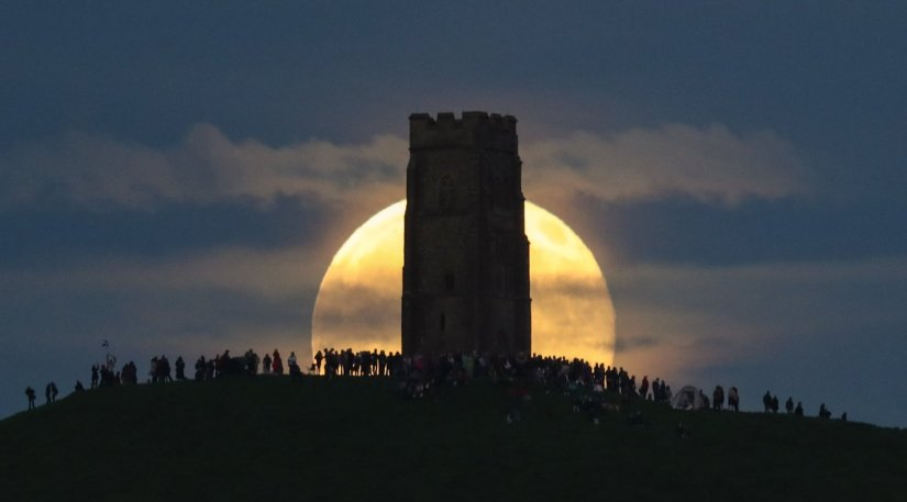 """""""Strawberry Full Moon"""" happens with the Summer Solstice once every 46-49years"""
