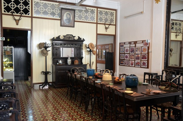 Leong-Fee-Looks-Doen-on-the-Dining-Room